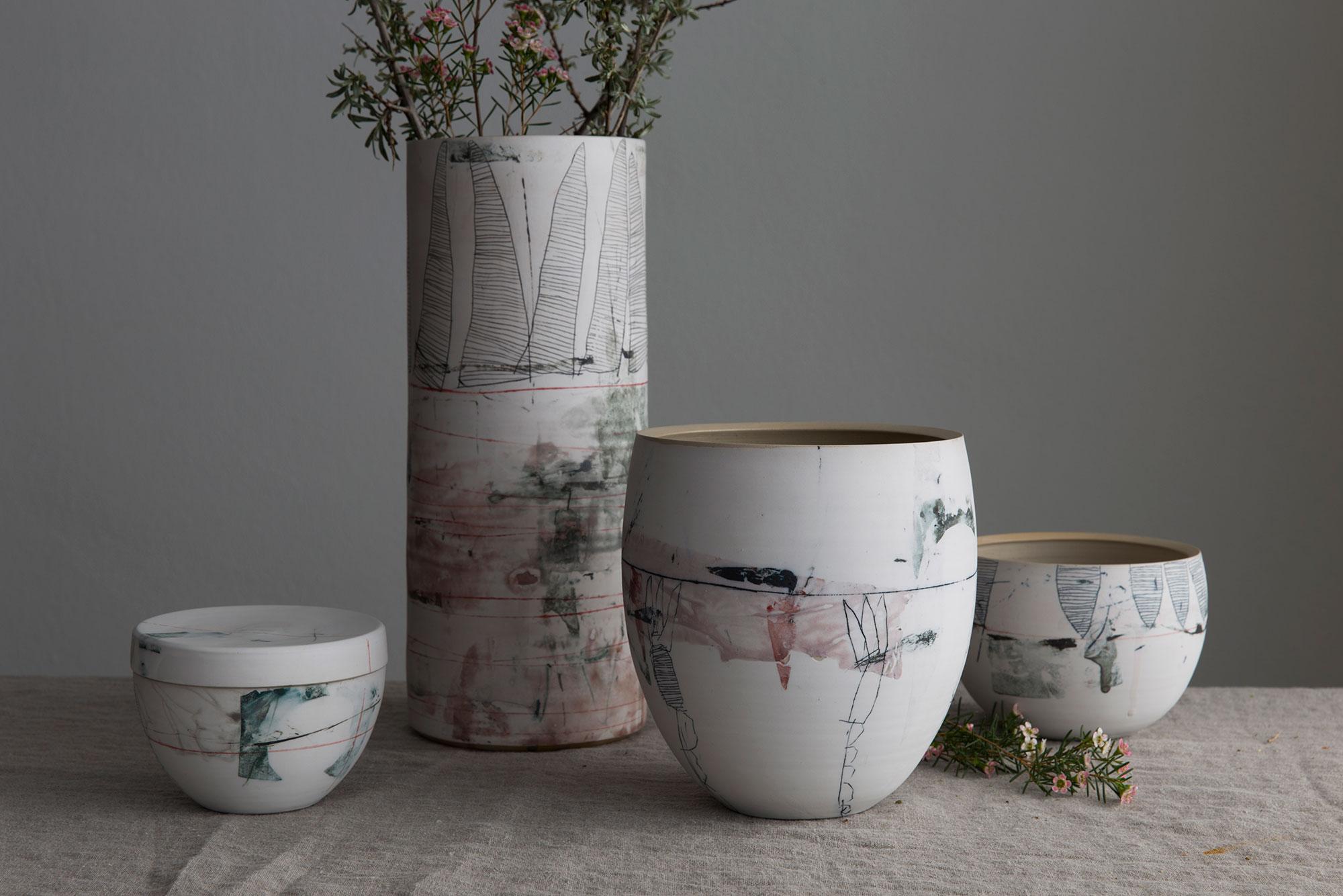 Keramikgefäße mit floraler Dekoration