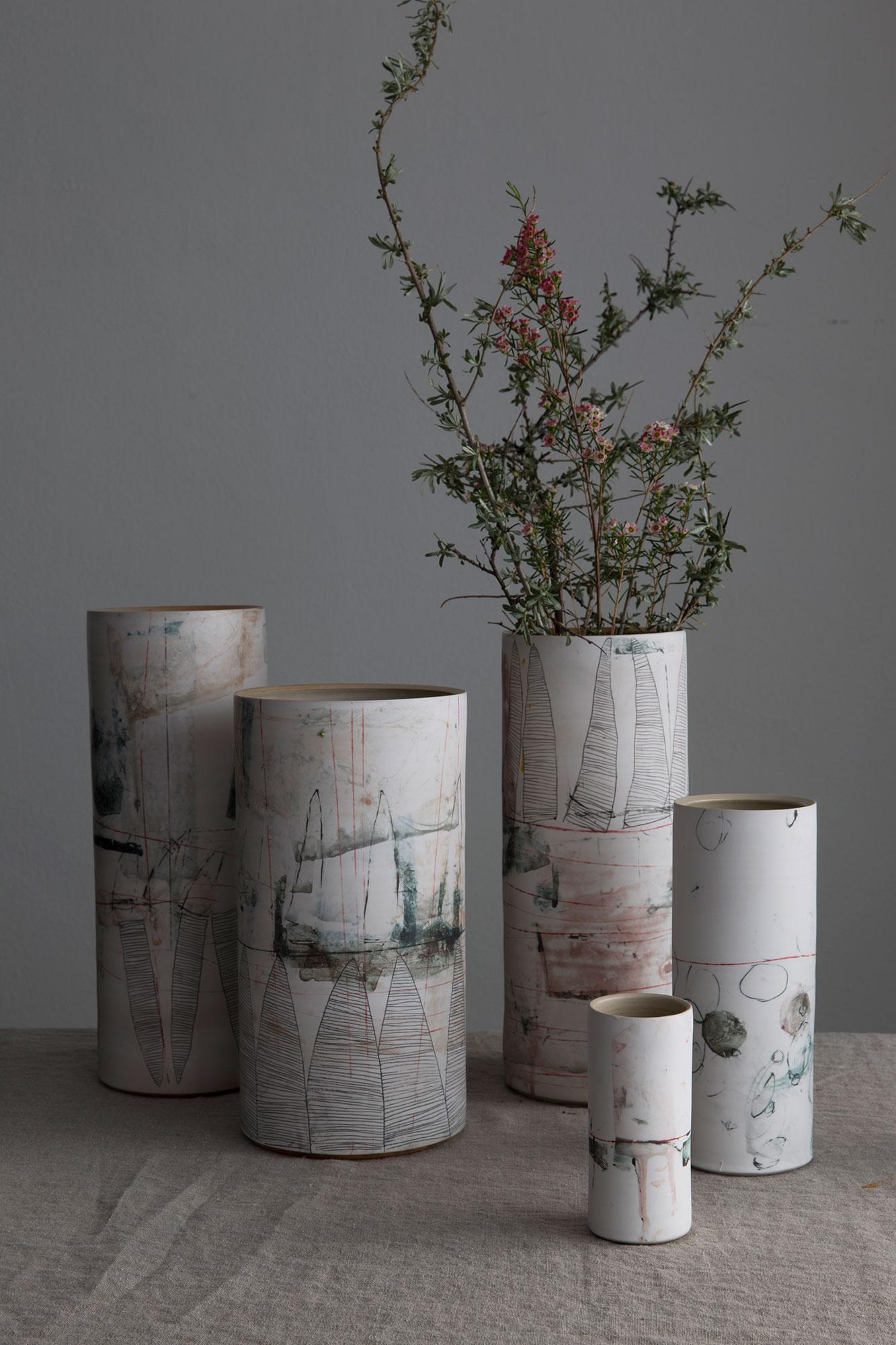 Keramikvasen mit floraler Dekoration